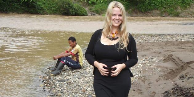 Miriam Clements, sur les rives du fleuve Rio Bobonaza, dans le district de Taisha, Équateur.