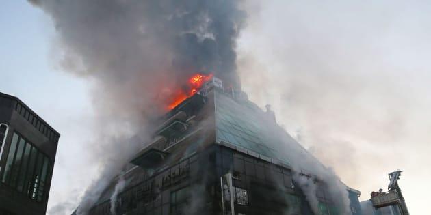 Llamas y una gran columna de humo en el edificio incendiado en Seúl.