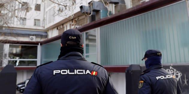 Policías vigilan el lugar en el que se ha detenido al supuesto agresor sexual.