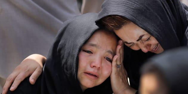Una niña llora durante el funeral de un familiar en Kabul, Afganistán.