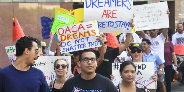 Jóvenes inmigrantes se manifiestan en Los Ángeles en defensa del programa DACA.