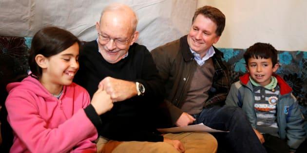 Imagen de archivo del exdirector de Unicef, Anthony Lake, junto a Justin Forsyth (tercero por la izquierda) durante una visita a un campo de refugiados sirios.