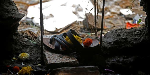 Una sandalia de una de las víctimas de la estampida en Bombay.