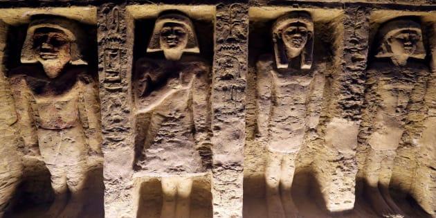 Estatuas en relieve en el interior de la tumba recién descubierta en Egipto.