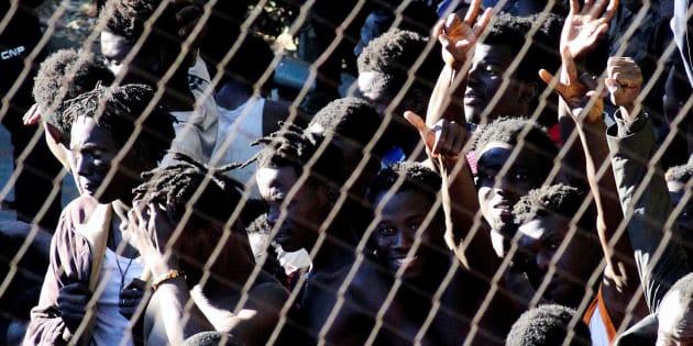 Un grupo de subsaharianos que logró acceder a Ceuta tras un salto masivo a la valla en julio.