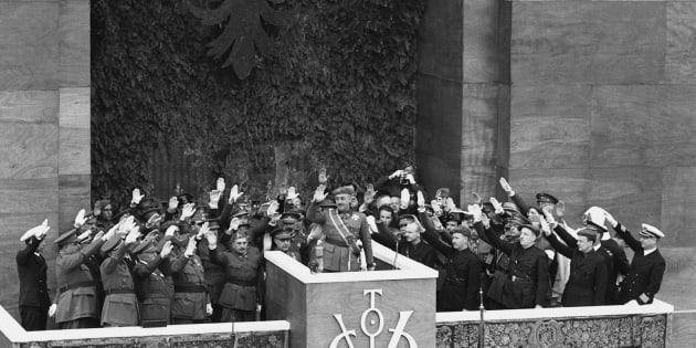Imagen de archivo en la que Franco saluda en la tribuna.