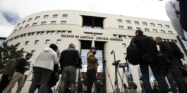 Numerosos medio esperan en el exterior del Palacio de Justicia de Navarra, durante el juicio, el pasado abril.