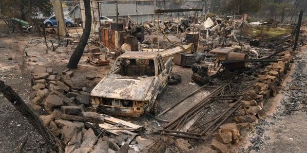 Coches dañados y casas devorados por el fuego en el barrio Keswick de Redding (California)