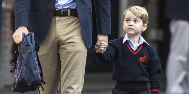 El joven príncipe Jorge (d) llega a su primer día de colegio en el Thomas's Battersea School.