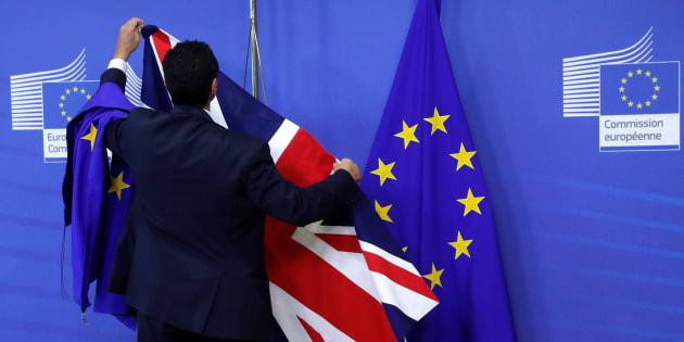 Colocan la bandera de Reino Unido en la sede de la Comisión Europea para una primera ronda de conversaciones sobre el Brexit. Bruselas (Bélgica), 17 de julio de 2017.