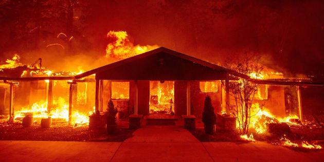 """El fuego, bautizado """"CampFire"""" y tardío en la temporada, ya destruyó decenas de hogares en el condado de Butte."""