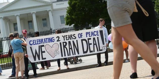 Activistas celebran ante la Casa Blanca que Irán haya cumplido el pacto firmado en 2015.