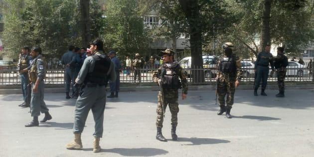 Las fuerzas de seguridad montan guardia cerca del lugar de la deflagración.
