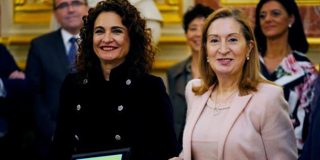 La ministra de Hacienda, María Jesús Montero, y la presidenta del Congreso, Ana Pastor, en la entrega de los Presupuestos Generales del Estado para 2019 en el Congreso.