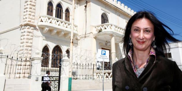 La bloguera Daphne Caruana Galizia frente a la embajada de Libia en La Valeta.