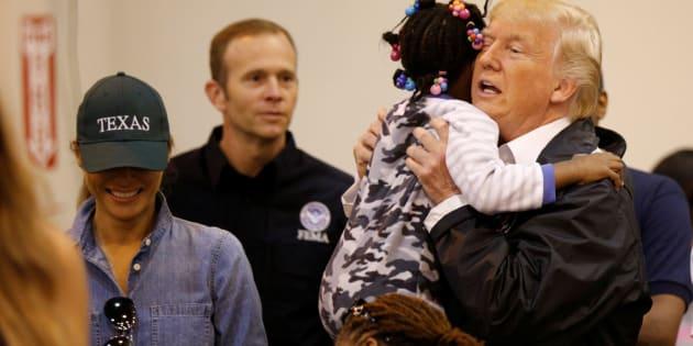 Donald y Melania Trump visitan a los damnificados por el huracán en Texas.