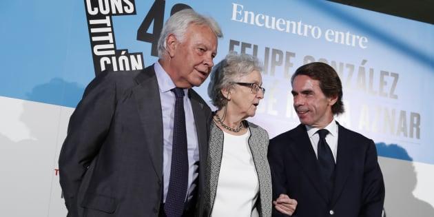 Los expresidentes Felipe González y José María Aznar, junto a la directora de El País, Soledad Gallego-Díaz.