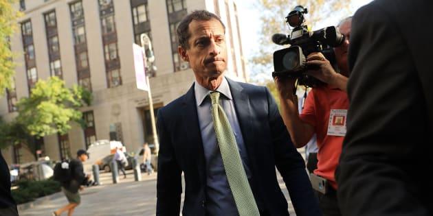 Anthony Weiner llega al tribunal en el que ha conocido la sentencia de prisión.