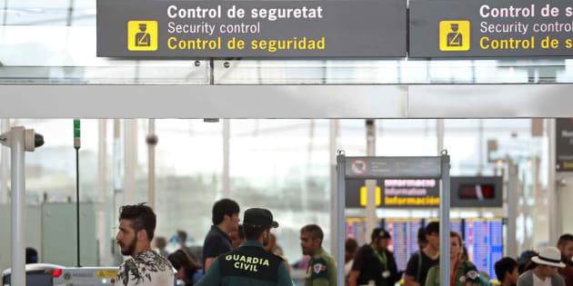 Agentes de la Guardia Civil custodian los accesos a las puertas de embarque en el aeropuerto de Barcelona.