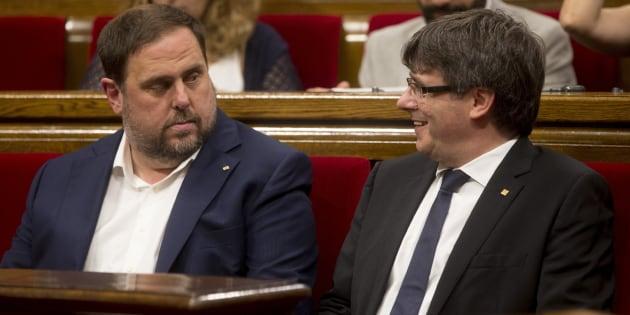 El presidente de la Generalitat de Cataluña, Carles Puigdemont, junto al vicepresidente Oriol Junqueras.