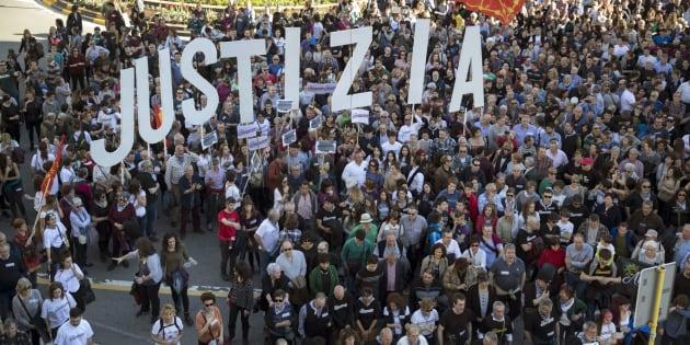"""Manifestación en Pamplona para pedir """"justicia"""" para los ocho procesados por agredir a dos guardias civiles."""