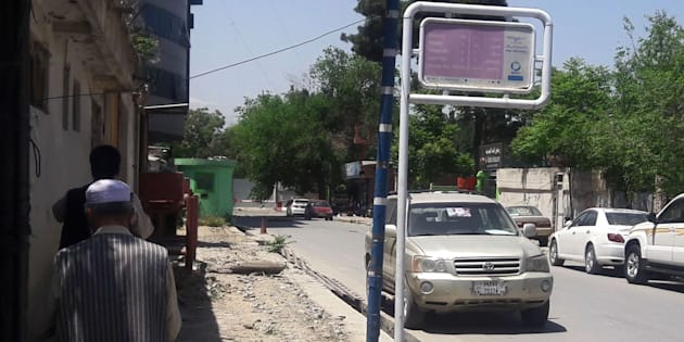 Dos hombres caminan en Kabul cerca del lugar en el que han ocurrido los ataques.