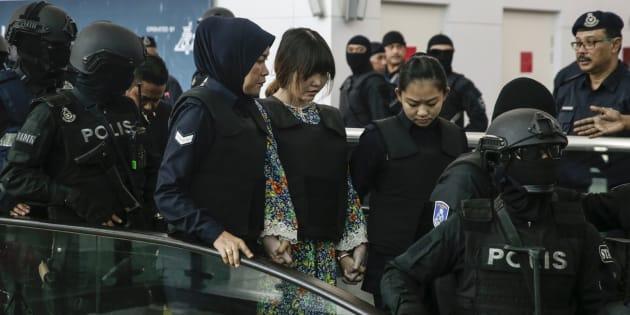 Las acusadas por el asesinato de Kim Jong-nam vuelven al lugar de los hechos.