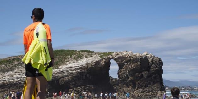 La playa de las Catedrales, en Ribadeo (Galicia), vigilada por socorristas.