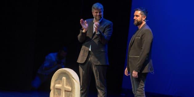 Raúl Cimas aplaude a Dani Mateo en el escenario del Teatro Quijano de Ciudad Real.
