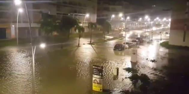 Vídeo del Twitter de Yves Thole que muestra una calle inundada de Pointe-a-Pitre tras el paso del huracán María por la isla francesa de Guadeloupe.