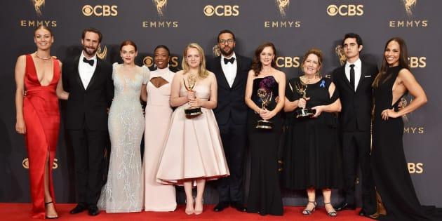Los actores de 'El cuento de la criada' posan con los cinco Emmy de la serie.