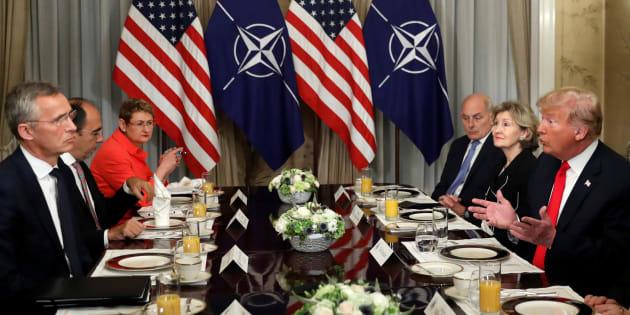 El presidente de EEUU, Donald Trump, durante un desayuno con el secretario general de la OTAN, Jens Stoltenberg.