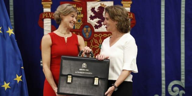 Isabel García Tejerina y Teresa Ribera en el acto de traspaso de carteras en el Ministerio de Transición Ecológica.