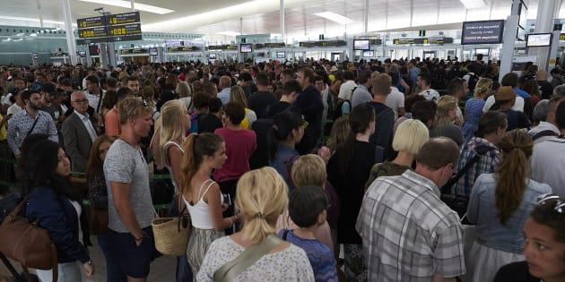 Las colas en los controles de seguridad han desbordado la terminal T1 del Aeropuerto de Barcelona-El Prat.