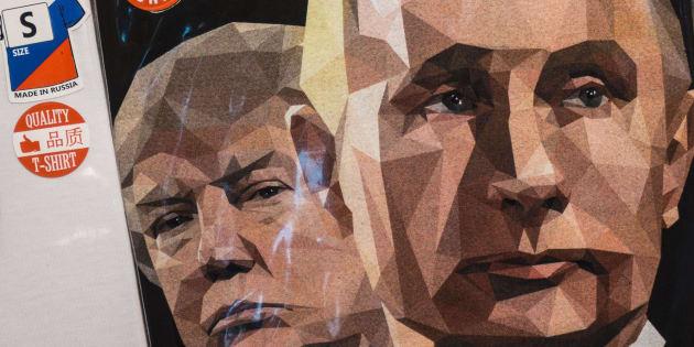 """Una camiseta con los rostros de Putin y Trump y el lema """"Amamos a Rusia"""", en una tienda de regalos de San Petersburgo."""