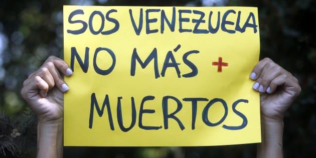 Un cartel durante las protestas en el exterior de un encuentro de ministros de exteriores del Grupo Lima, en Santiago de Chile,celebrado para hablar sobre la crisis de Venezuela.