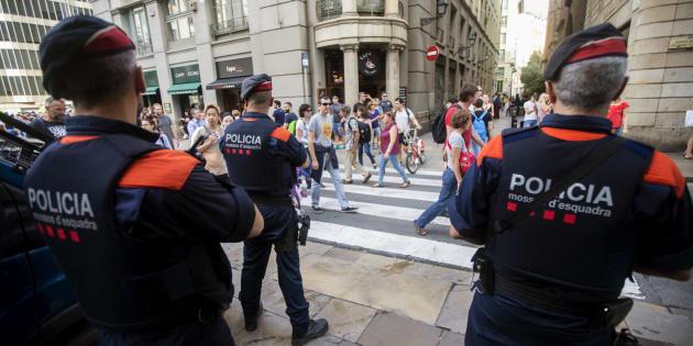 Una unidad de los Mossos d'Esquadra por las calles del centro de Barcelona.