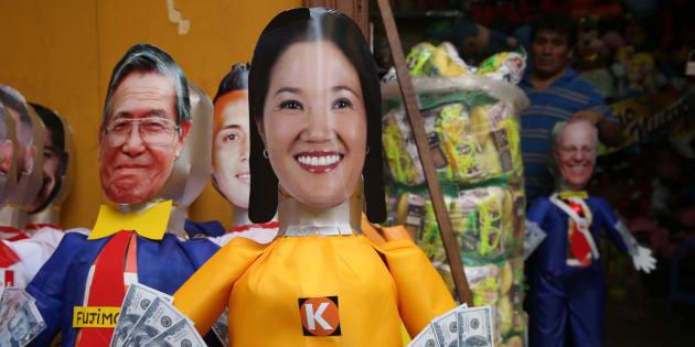 Vista de una piñata satírica de Keiko Fujimori, la líder opositora e hija del expresidente peruano Alberto Fujimori el sábado 30 de diciembre de 2017, en una galería del mercado central de Lima (Perú).