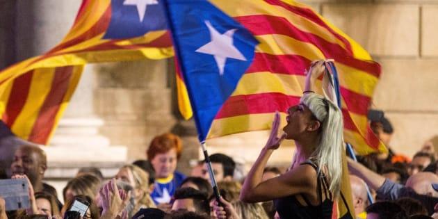 Miles de personas se han concentrado esta tarde en la Plaza de Sant Jaume de Barcelona, ante el Palau de la Generalitat, sede del gobierno catalán, para festejar que el Parlament ha declarado de forma unilateral la independencia.