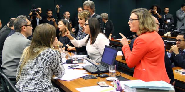 """""""Nós vamos anular essa reunião. Vossa excelência não pode agir como um tirano"""", disse  deputada Alice Portugal (PCdoB-BA) ao presidente do colegiado, deputado Marcos Rogério (DEM-RO)."""