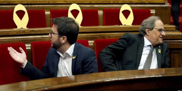El presidente de la Generalitat Quim Torra (d) y el vicepresidente, Pere Aragonés, en el Parlament este martes.