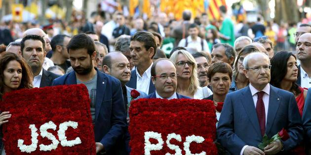 El primer secretario del PSC, Miquel Iceta (2d), junto al expresidente de la Generalitat José Montilla (d), en la ofrenda floral del PSC al monumento a Rafael Casanova.