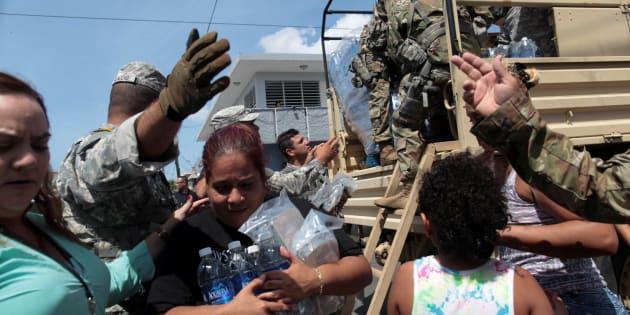 Varios afectados recopilan agua y servicios básicos.