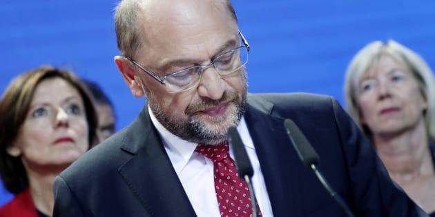El líder del SPD alemán, Martin Schulz (C), comparece este domingo.