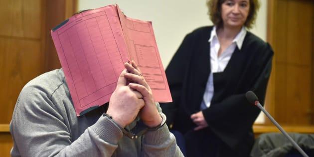 El enfermero alemán Niels Högel se tapa la cara durante un juicio en 2015.