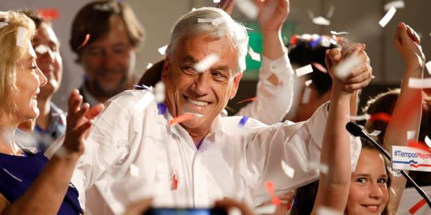 El candidato presidencial Sebastián Piñera celebra los resultados en Chile.