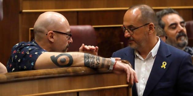 Txema Guijarro (Podemos) y Carles Campuzano (PDeCAT) conversan hoy en el Congreso.