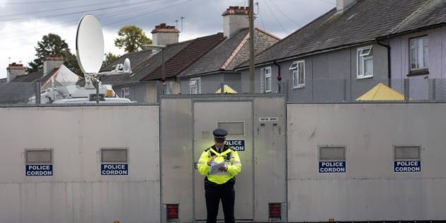 Un oficial de la policía británica permanece junto a una zona acordonada en una dirección de Londres (Reino Unido).