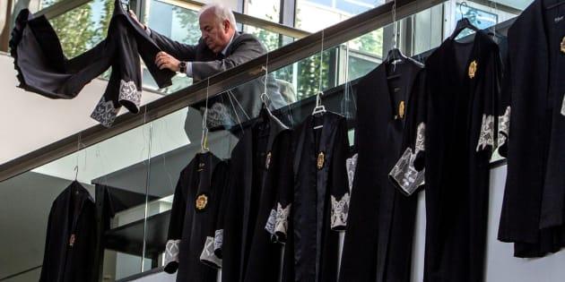 Jueces y fiscales de la provincia de Ciudad Real han colgado hoy sus togas en la parte superior del vestíbulo de los Juzgados de Ciudad Real para protestar por la situación que vive la Justicia en España