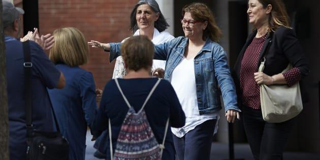 La directora de Servicios de la Vicepresidencia de la Generalitat, Natalia Garriga es recibida por varios compañeros tras quedar en libertad con cargos por su presunta vinculación con los preparativos del referéndum del 1-O.